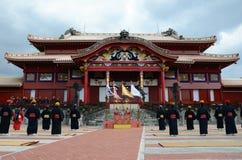 El hombre que se coloca delante del castillo de Shuri, Okinawa Fotos de archivo