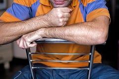 El hombre que se sienta en casa Imagen de archivo libre de regalías