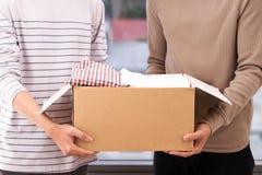 El hombre que se sostiene ropa dona la caja Concepto de la donación fotografía de archivo libre de regalías