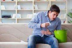 El hombre que sufre del estómago enfermo y de vomitar Imagen de archivo libre de regalías