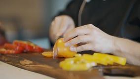 El hombre que taja el tomate y que prepara la materia de jardín cortada de la frescura para la cena, el almuerzo o la cena de la  almacen de video