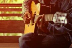 El hombre que toca la guitarra Fotos de archivo libres de regalías