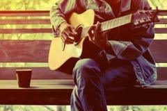 El hombre que toca la guitarra Imágenes de archivo libres de regalías