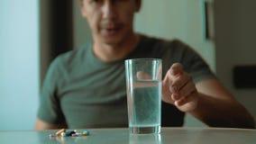 El hombre que toma píldoras en casa es forma de vida enferma vídeo enfermo de la cámara lenta Atención sanitaria y enfermedad méd almacen de metraje de vídeo