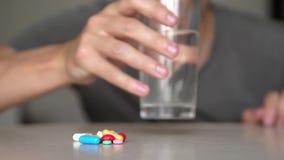 El hombre que toma píldoras en casa es vídeo enfermo enfermo de la cámara lenta Atención sanitaria y enfermedad médica del concep metrajes