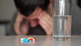 El hombre que toma píldoras en casa es vídeo enfermo enfermo de la cámara lenta Forma de vida de la atención sanitaria y enfermed metrajes
