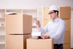 El hombre que trabaja en servicio de la relocalización de la entrega de la caja Fotografía de archivo