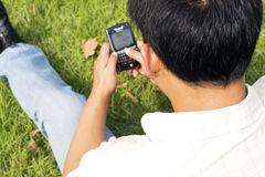 El hombre que usa el teléfono celular Fotografía de archivo libre de regalías