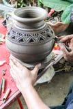 El hombre que usaba la cerámica del mecánico hizo la loza de barro, tradicional de Tailandia Fotos de archivo libres de regalías