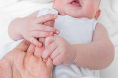 El hombre quiere adoptar al bebé y llevar a cabo las manos Fotos de archivo
