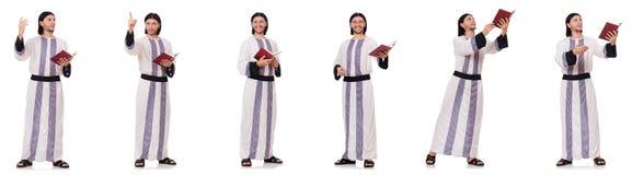 El hombre ?rabe con koran aislado en blanco foto de archivo