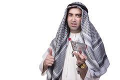 El hombre árabe con la carretilla del carro de la compra aislada en blanco Imagen de archivo