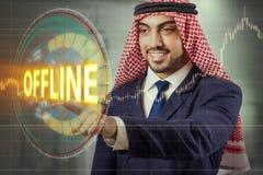 El hombre árabe que presiona el botón off-line Foto de archivo
