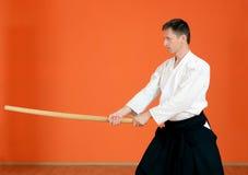 El hombre realiza aikido de los ejercicios Foto de archivo
