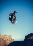 El hombre realiza salto freerunning en piedras Fotografía de archivo libre de regalías