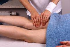 El hombre recibe masaje de la pierna Fotos de archivo libres de regalías