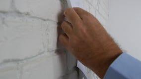 El hombre recibe una letra para abrir el sobre para sacar y para firmar un documento metrajes