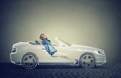 El hombre relaja la conducción en su coche driverless ilustración del vector