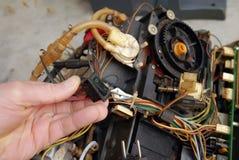 El hombre repara la máquina rota vieja del café Imagen de archivo libre de regalías