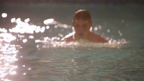 El hombre rico está nadando en la piscina almacen de video