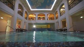 El hombre rico está nadando en la piscina almacen de metraje de vídeo