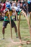 El hombre Rope evento del día de Whip Workout At Atlanta Field Foto de archivo