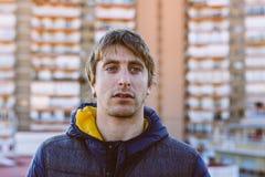 El hombre rubio de azul observó, en tejado, paisaje urbano detrás de él Portra imagen de archivo