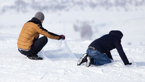 El hombre rueda abajo la colina en invierno Fotografía de archivo