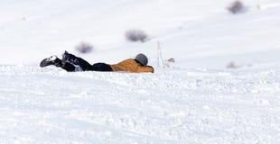 El hombre rueda abajo la colina en invierno Imagen de archivo