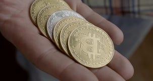El hombre saca de los bitcoins su bolsillo y los cuenta metrajes
