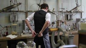 El hombre saca la capa del laboratorio después de los experimentos químicos almacen de video