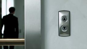 El hombre sale de un elevador moderno almacen de video