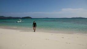 El hombre sale del agua en la playa metrajes
