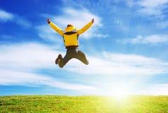 El hombre salta en el prado verde. Fotos de archivo libres de regalías