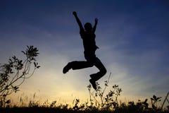 El hombre salta en silueta Imágenes de archivo libres de regalías