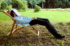 El hombre se cayó dormido en el parque foto de archivo libre de regalías