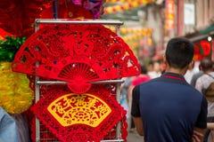 El hombre se coloca al lado de la fan de la espuma por Año Nuevo chino Imagen de archivo