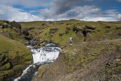 El hombre se coloca en el acantilado y y la admiración del paisaje imagen de archivo