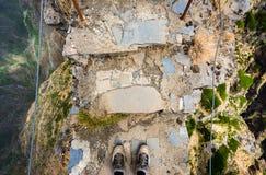 El hombre se coloca en un acantilado Fotografía de archivo