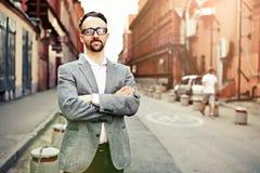 El hombre se coloca en una calle de la ciudad foto de archivo