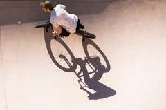 El hombre se divierte con su BMX en el skatepark Imagen de archivo libre de regalías