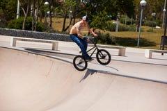El hombre se divierte con su BMX en el skatepark Fotografía de archivo libre de regalías