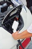 El hombre se prepara a la energía eléctrica del repuesio enchufable Imagen de archivo libre de regalías