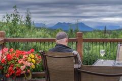 El hombre se relaja en la cubierta imagen de archivo libre de regalías