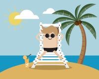 El hombre se relaja en la playa el vacaciones Foto de archivo