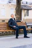 El hombre se sienta en banco Fotos de archivo libres de regalías