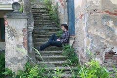 El hombre se sienta en la escalera abandonada Fotos de archivo libres de regalías