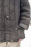 El hombre se vistió en ropa de funcionamiento llevada vieja lamentable con los agujeros Imagenes de archivo