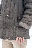 El hombre se vistió en ropa de funcionamiento llevada vieja lamentable con los agujeros Fotografía de archivo