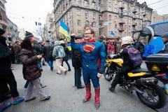El hombre se vistió en un superhombre que el traje resuelve la demostración antigubernamental durante la protesta favorable-europe Imagen de archivo